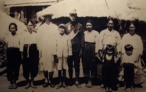 어색한 '3대 가족사진', 이들은 어떻게 살았을까
