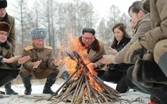 김정은·리설주 '모닥불 사진' 등 사진 60장 공개... 왜?
