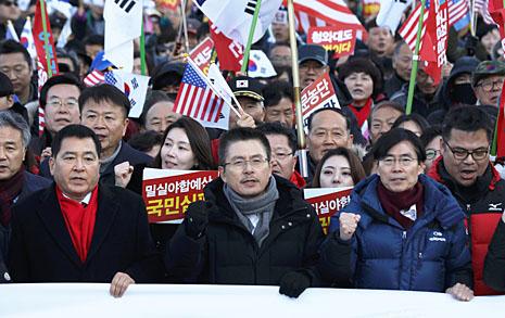 '투쟁가' 황교안... 지지자들 이끌고 청와대까지 행진