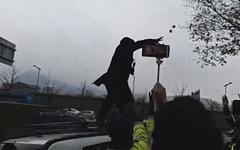 '수요집회 중단' 요구 시위하던 이우연 계란 세례 봉변당해