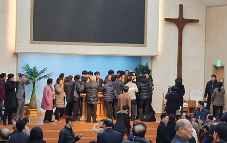 경호업체 동원하고 경찰 출동... 난장판 된 교회