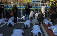 [사진] 청와대 앞으로 오체투지... 막아서는 경찰