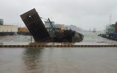 강한 비·바람 속 부산 영도 청학부두 선박 4척 침수