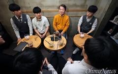 """[영상] 안철수, 18세 유권자 만나 """"물건 살 때 신중하듯"""""""