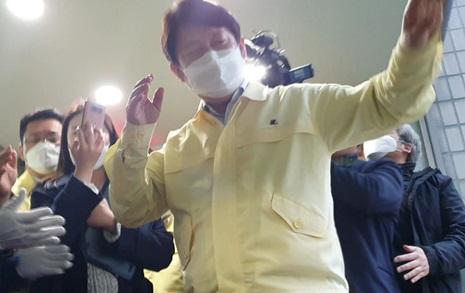 [사진&영상] 권영진 시장, 시의원 항의받다 갑자기 쓰러져 병원행