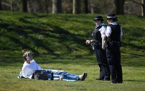 일광욕 하는데 경찰이... 매우 엄격한 영국 '락다운'