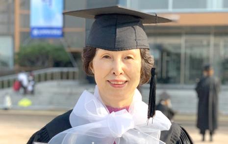 딸 교복 입어보던 엄마가 66세에 딴 대학 졸업장