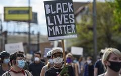 미 흑인 목 눌러 죽게 한 경찰관 '살인 혐의' 기소