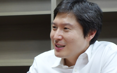 """""""말 한마디 못 하면 의원 왜 하나"""" 박수받는 낙선, 김해영"""