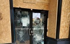 약탈로 신음하는 미국 상점들... 널빤지로 창문과 출입구 막아