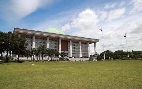 국회의 오만, 텅 빈 잔디밭