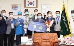 [포토]김한근 강릉시장, 대통령배 우승한 강릉고 야구단 격려