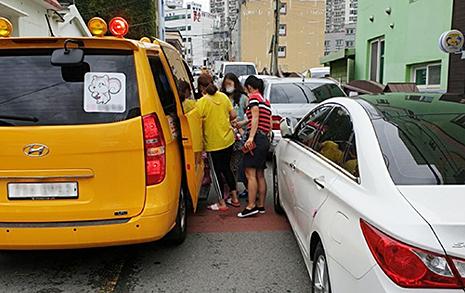 '시의원 나리' 불법주차에 태풍 속 어린이들 위험한 하원