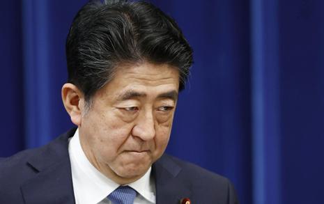 '사의 표명' 아베의 의미심장한 한마디... 어수선한 일본