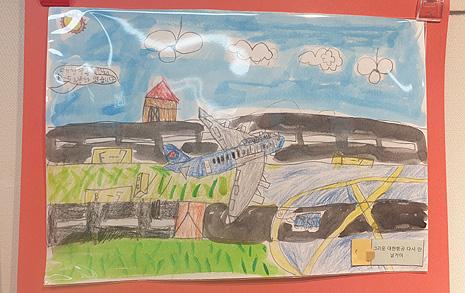 요트여행 간 외교부 장관 배우자, 비행기 그림 그리는 아이