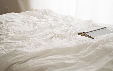 침대에 누워서 낭독회를 할 순 없을까요