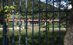 학교 하나가 문을 닫자, 학생 130명이 마을을 떠났다