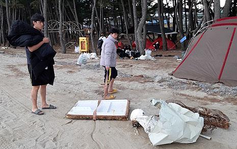 해변 쓰레기 주우러 나선 아이들이 거룩해 보인 이 장면