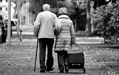 눈 오는 밤, 비닐 챙겨 집 나서는 노인들