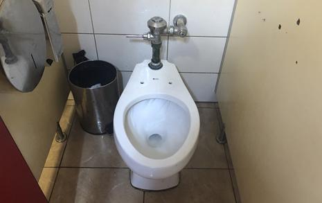 중국 화장실엔 문이 없더니, 쿠바 화장실엔 '이게' 없다