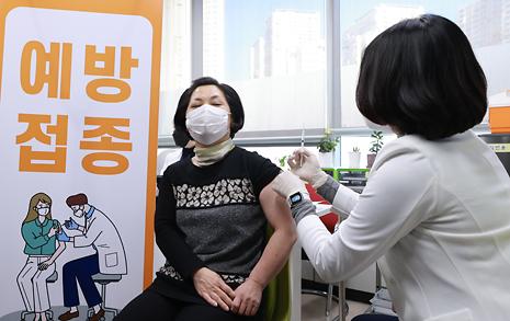 [오마이포토] 아스트라제네카 백신 접종 받는 요양보호사