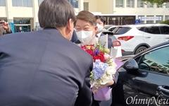 """""""윤석열에 줄서냐""""-""""직무행위"""" 권영진 '꽃다발' 의전 뒷말"""