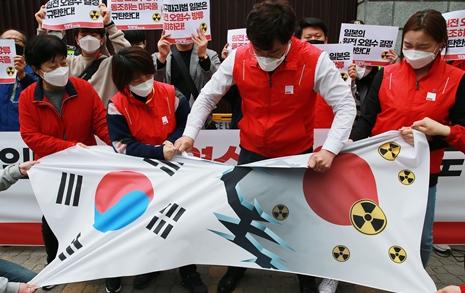 """일본영사관 앞 분노...  """"지구파괴범 일본"""""""