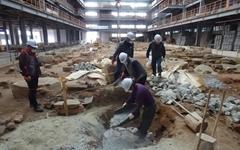 기초석 공사를 위한 준비가 한창인 진남관