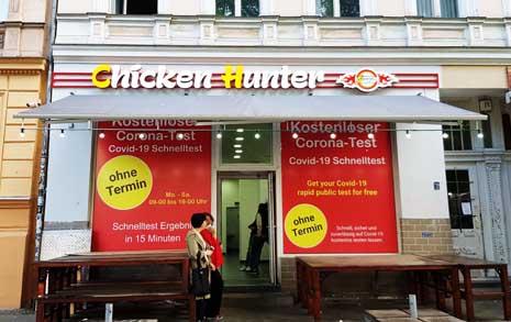 코로나 검사소로 변신한 치킨집, 뭔가 수상하다