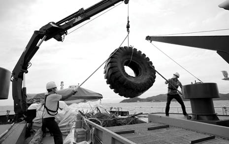 '쓰레기 만선'을 위해 바다로 나가는 사람들