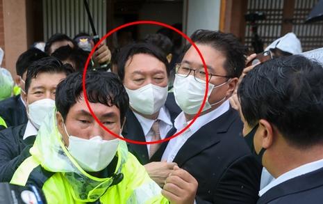 """""""감히 여기를!"""" 윤석열, 박정희 생가서 '혼쭐'... 3분만에 끝난 참배"""