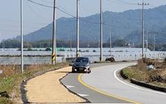 [사진] 도로 위에 깔린 벼... 이맘때 운전 조심하세요