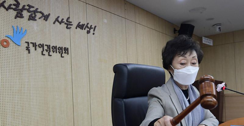"""인권위원회, '박원순 성희롱'시인 … """"부적절한 메시지와 사진이 성적 굴욕감을 준다"""""""