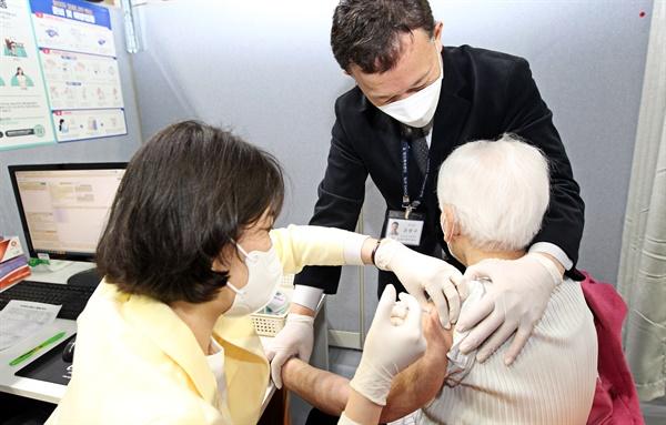 147 백신 부작용 증가, 화이자 예방 접종으로 인한 사망 첫보고