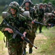 '무기' 든 군인이 학교에...무슨 짓인가
