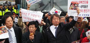 """""""종북세력이 풍선 훔쳐가"""" 탈북자단체, 주민들과 대치"""