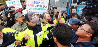 경찰, '전단훼손' 주민 체포 몸싸움... 임진각은 아수라장