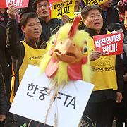 분노한 농민들, 대통령 조형물에 닭머리 쏟아부어