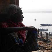 화장터에서 밥먹고 살지만 놀라운 인도 노인의 경지