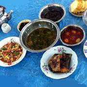 생선과 고기반찬 탁발승들의 푸짐한 점심상