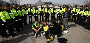 경찰, 청와대 행진 유가족 현행범 체포