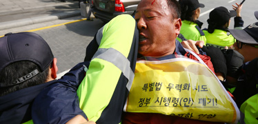 경찰, 청와대로 행진한 유가족 현행범으로 체포