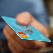 백화점 매니저들이 신용카드 빌리는 까닭