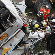 중국에서 버스 추락,  한국 공무원 10명 사망