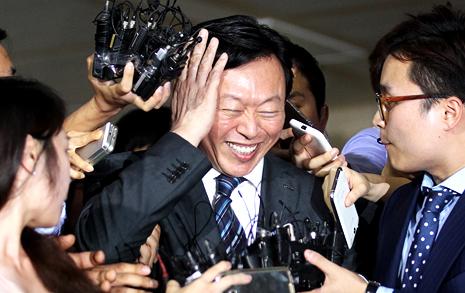 """신동빈, 고개숙였지만 """"해임지시 법적효력X"""""""
