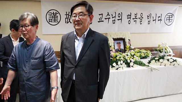 고 김수행 교수 분향소 찾은 신영복-안경환