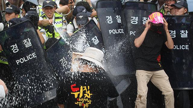 경찰, 집회 참가자 얼굴 향해 캡사이신 발사