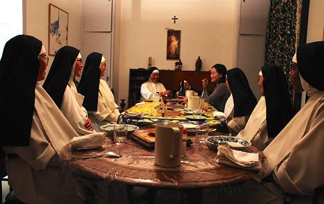 """""""우린 웃기는 여자들"""" 수녀들과 함께한 저녁"""