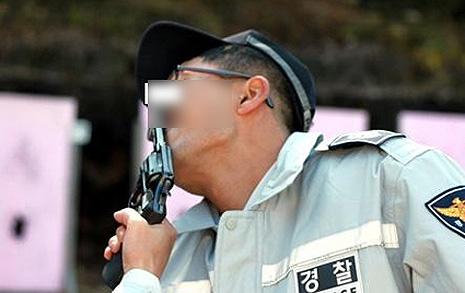 콧구멍에 총부리를 '개념상실' 경찰 사진 논란