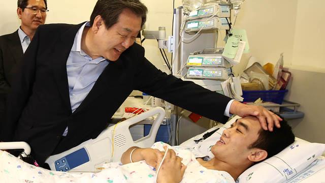 김무성, 목함지뢰 부상 병사 위문